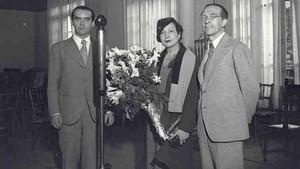 Federico Garcia Lorca junto a la actriz Margarita Xirgu y el dramaturgo Cipriano Rivas Cherif, en Barcelona en 1931.