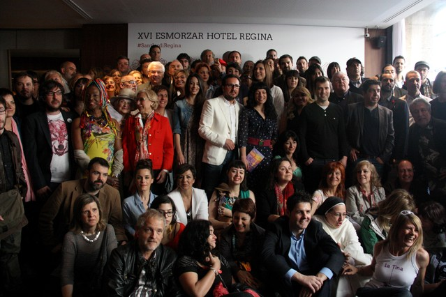 Foto de familia del desayuno de los escritores, en el hotel Regina de Barcelona.