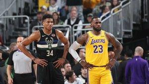 Giannis Antetokounmpo y Lebron James en unpartido entre los Bucks y los Lakers.