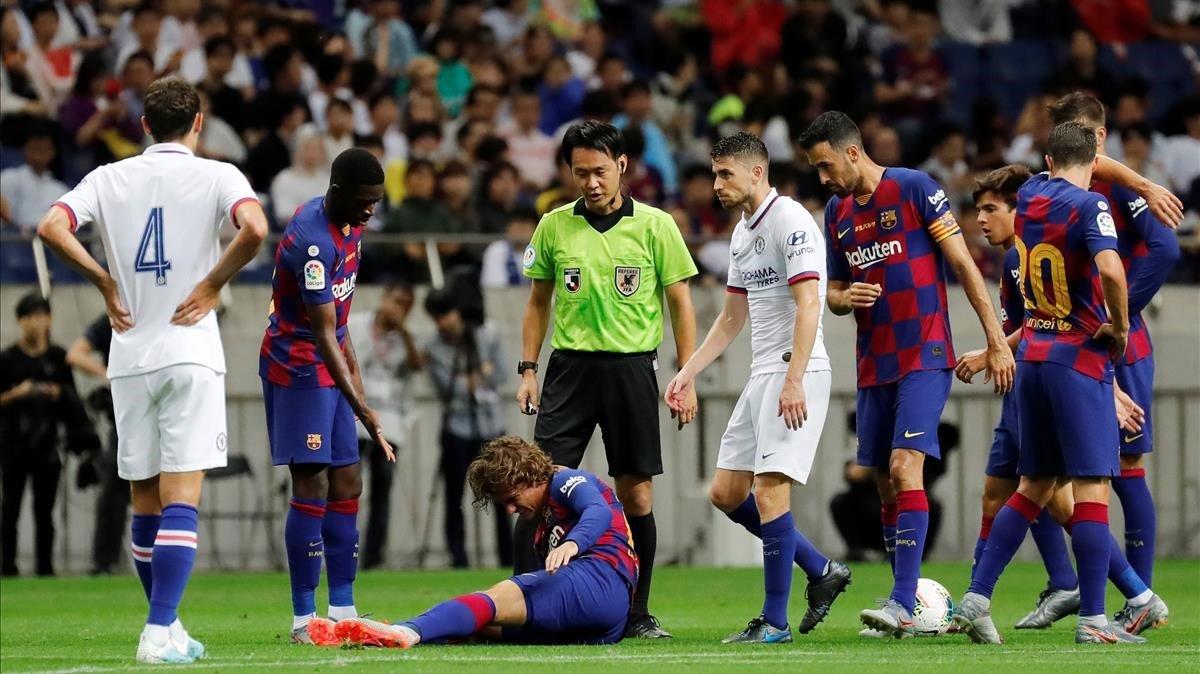 Griezmann se lamenta de la dura entrada recibida de Jorginho en el Barça-Chelsea en Tokio.