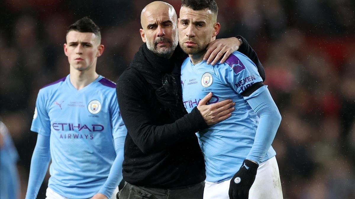 Guardiola consuela a Otamendi tras la derrota de Old Trafford.