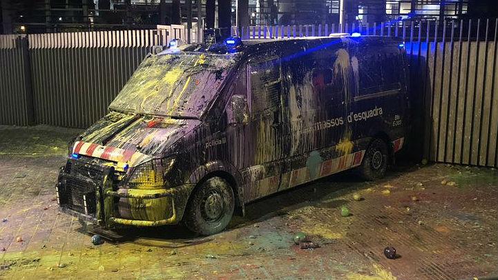 guillem sanchez - plou pintura globus contra vehicle dels mossos davant interiorcat a la protesta de passeig sant joan via elperiodico-1186339247764267008