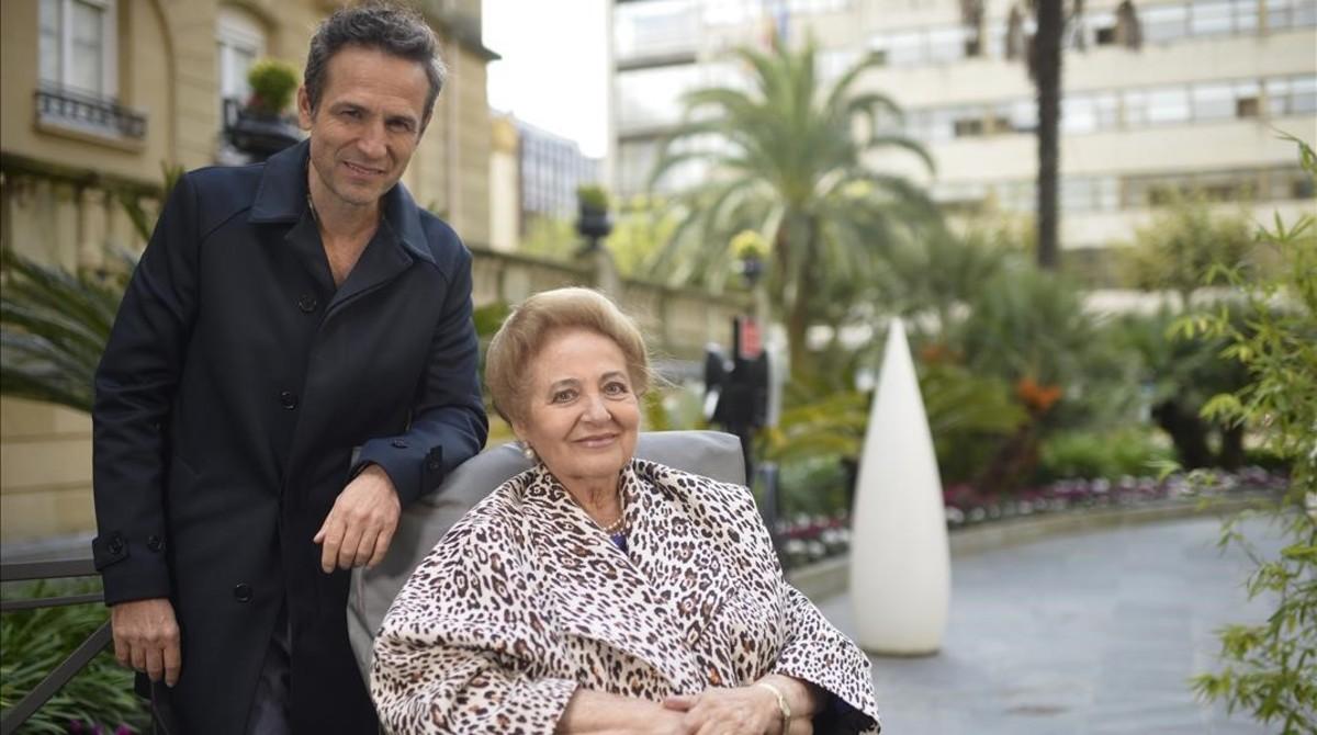 Gustavo Salmerón, junto a su madre, Julita, durante la presentación de 'Muchos hijos, un mono y un castillo'