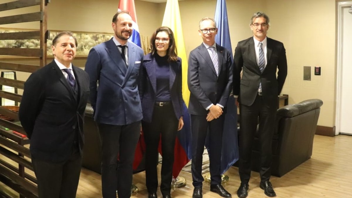 El Príncipe Haakon Magnus de Noruega fue recibido por la Viceministra (e) de Asuntos Multilaterales, Carolina Díaz, y el Embajador del Reino de Noruega en Colombia, John Petter Opdahl.