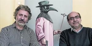 Hernández Cava (derecha) y Seguí, el viernes, con la figura del médico de la peste de la portada del cómic.