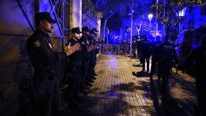 Homenaje de los Mossos y de la Urbana en la jefatura de Via Laietana al policía fallecido por coronavirus