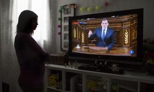 Mónica, una afectada por la pobreza energética, en su casa de Barcelona..