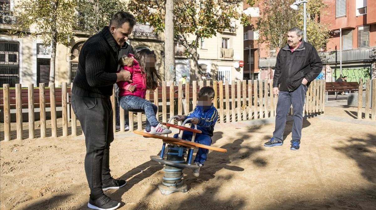 José Batista y Toni Garcia junto a sus hijos, enla plaza de Herenni, en Hostafrancs.