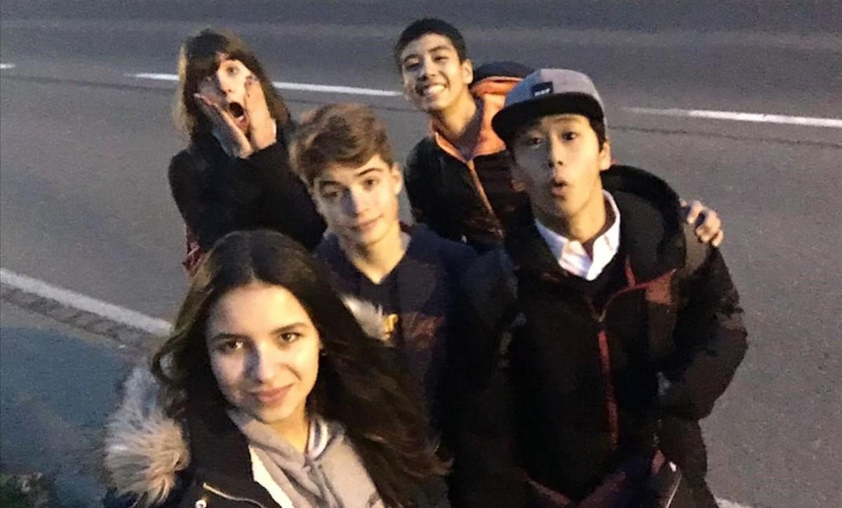 La barcelonesa Joana Serra, de 15 años, con unos compañeros de clase en Qualicum Beach, en Canadá.