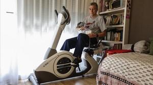 Lluis Tarín, sobre labicicleta estática en su domicilio de Barcelona.