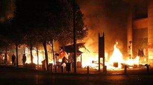 Incendios en las calles de Beirut, junto al Parlamento.