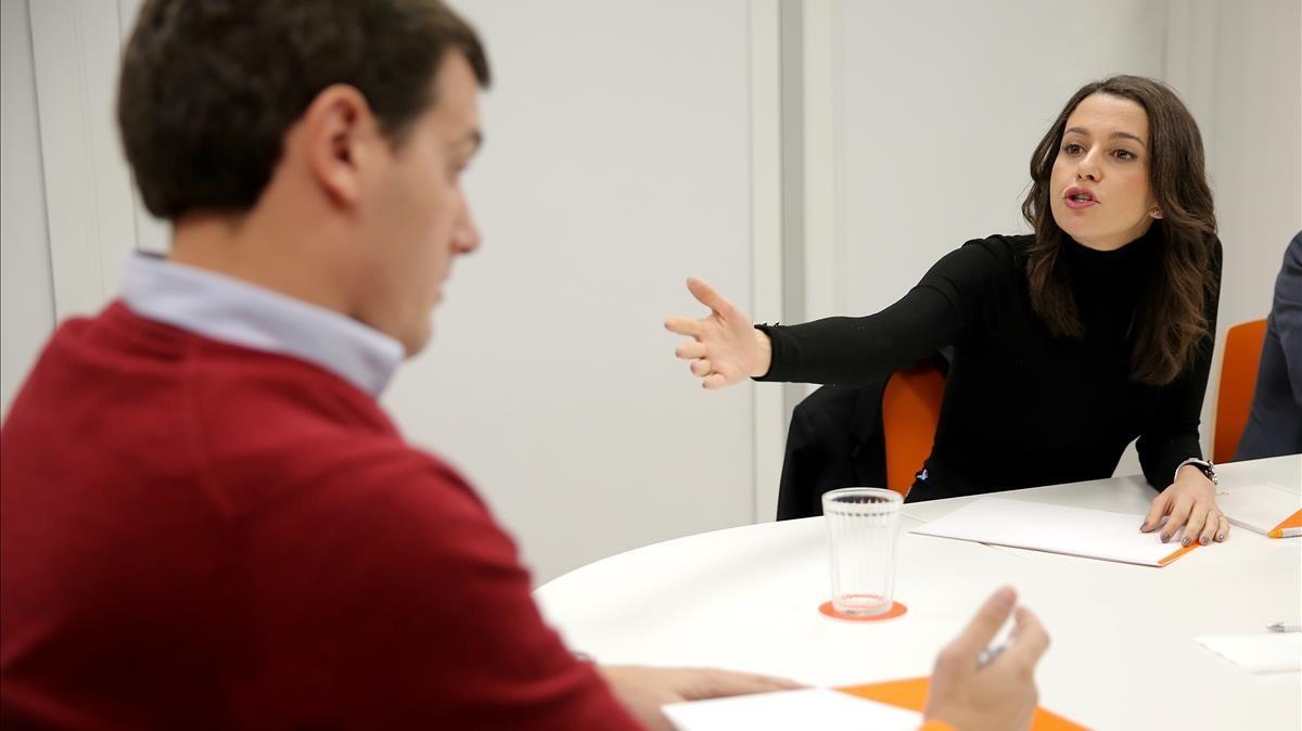 Inés Arrimadas conversa con Albert Rivera durante la ejecutiva nacional del partido.