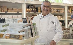 Ángel Velasco, propietario de Torrons Vicens, en la tienda de Agramunt.