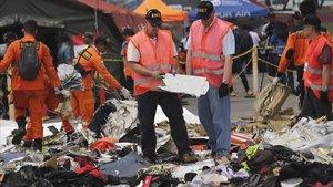 Investigadors examinan partes del avión de Lion Air siniestrado el pasado octubre en aguas de Indonesia.