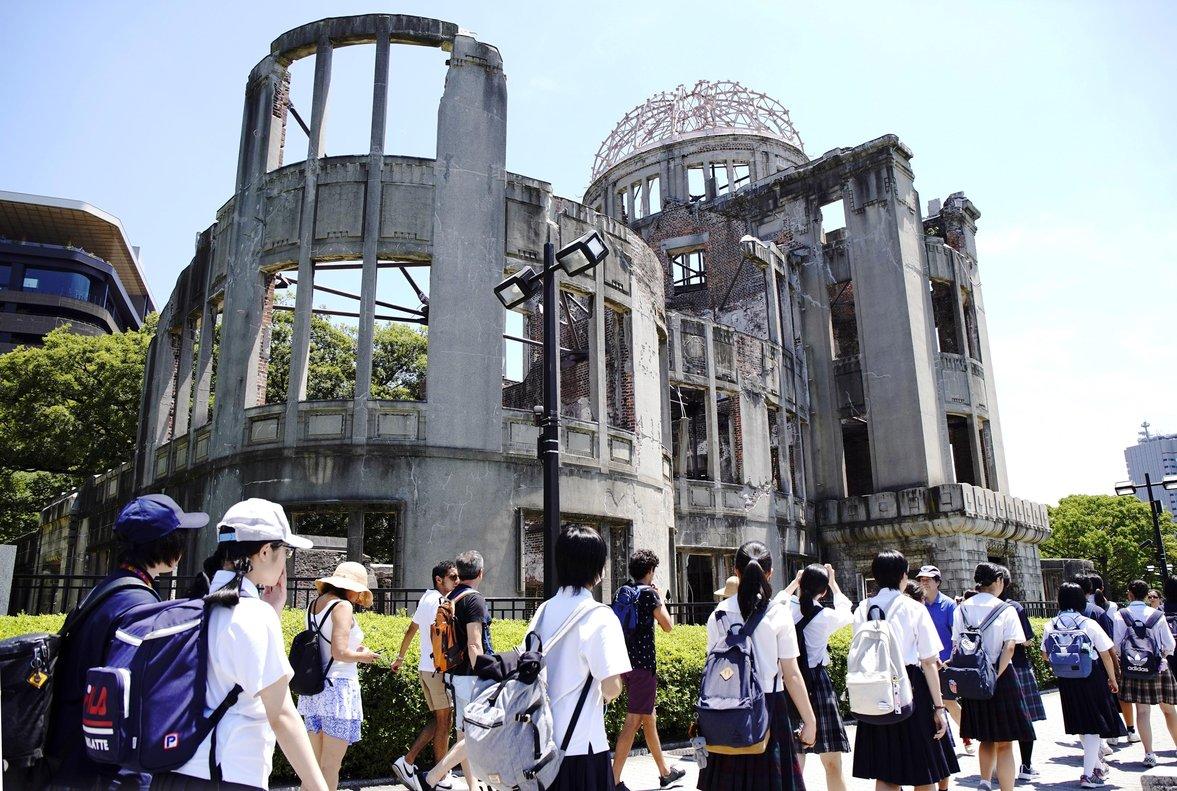 Jóvenes pasan enfrente del edificio que sobrevivió a la bomba atómica en Hiroshima. EFE
