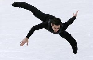 Javier Fernández, en un salto del ejercicio corto de este jueves.