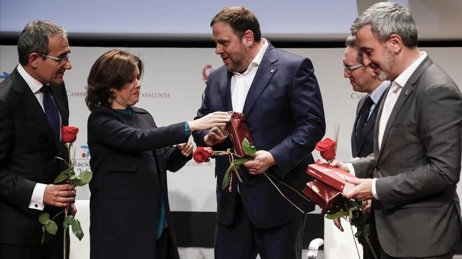 Soraya Sáenz de Santamaría regala un libro a Oriol Junqueras en los preliminares del Sant Jordi del 2017.