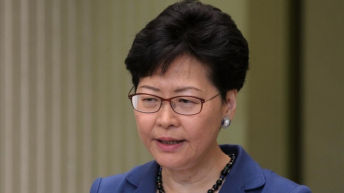 La jefa del Gobierno hongkonés, Carrie Lam, durante su comparecencia este lunes.
