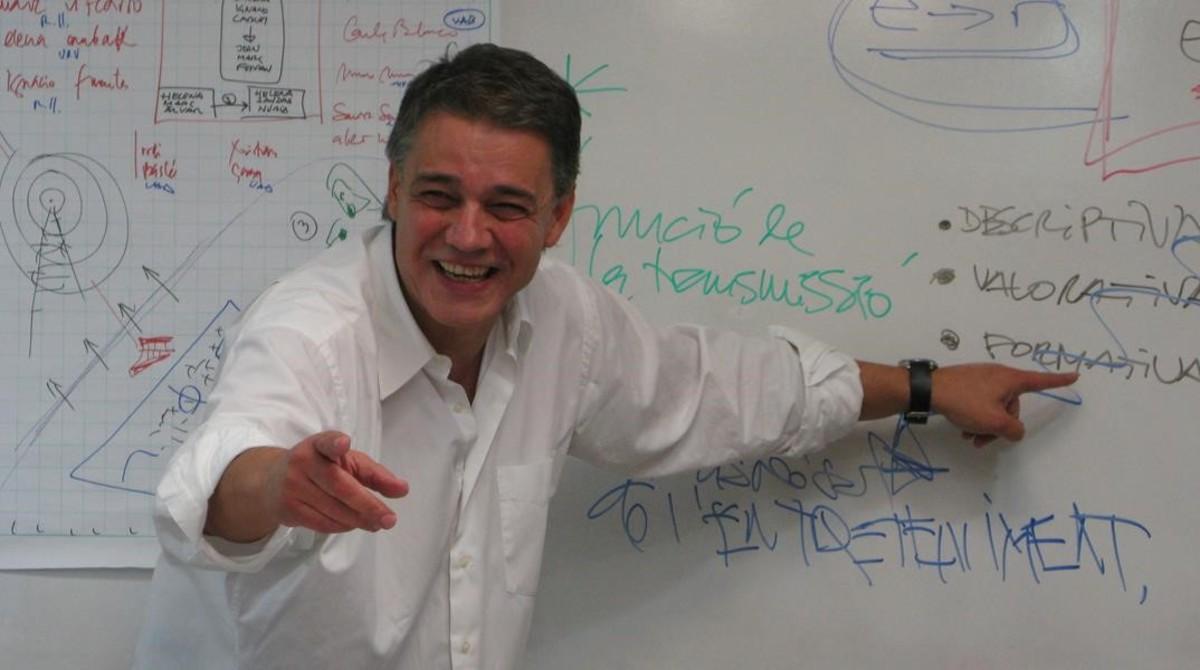 Joaquim Maria Puyal imparte una clase magisytral a estudiantes de Ciencias de la Información.