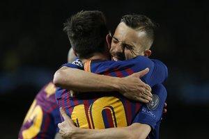 Jordi Alba se abraza con Messi tras marcar el tercer tanto azulgrana ante el Olympique de Lyon en el Camp Nou.