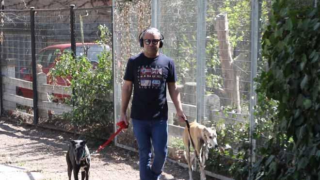 Jorge Javier saca a pasear a sus perros tras sufrir el ictus.