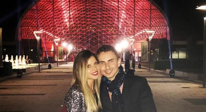 Jorge Lorenzo celebra el triunfo con su novia, Nuria Tomás