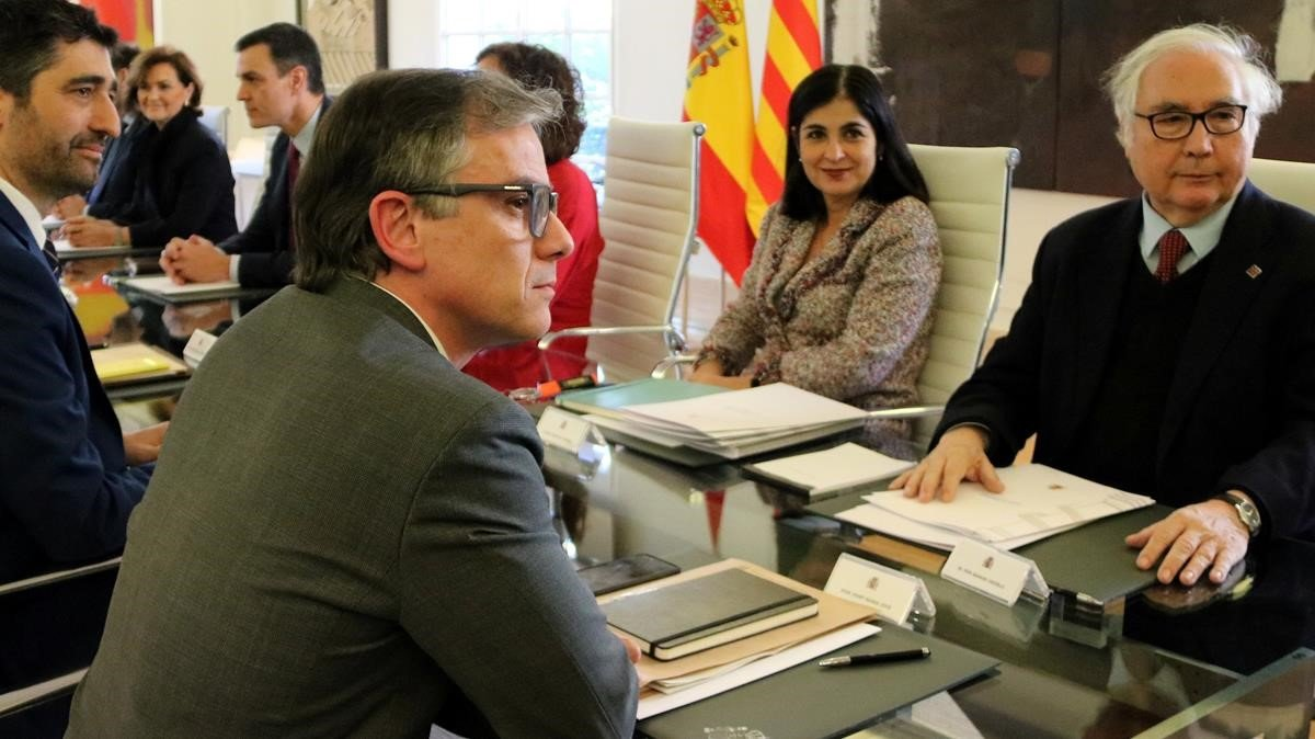 Josep Maria Jové,en primer plano, en la mesa de diálogo entre el Gobierno central y la Generalitat.