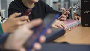 Jóvenes mirando el teléfono móvil