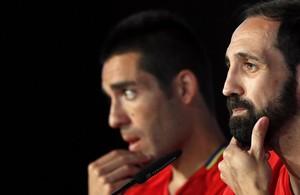 Juanfran y Bruno, en segundo término, en la concentración de España.