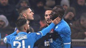 Koulibaly se queja de su expulsión en el partido ante el Inter.