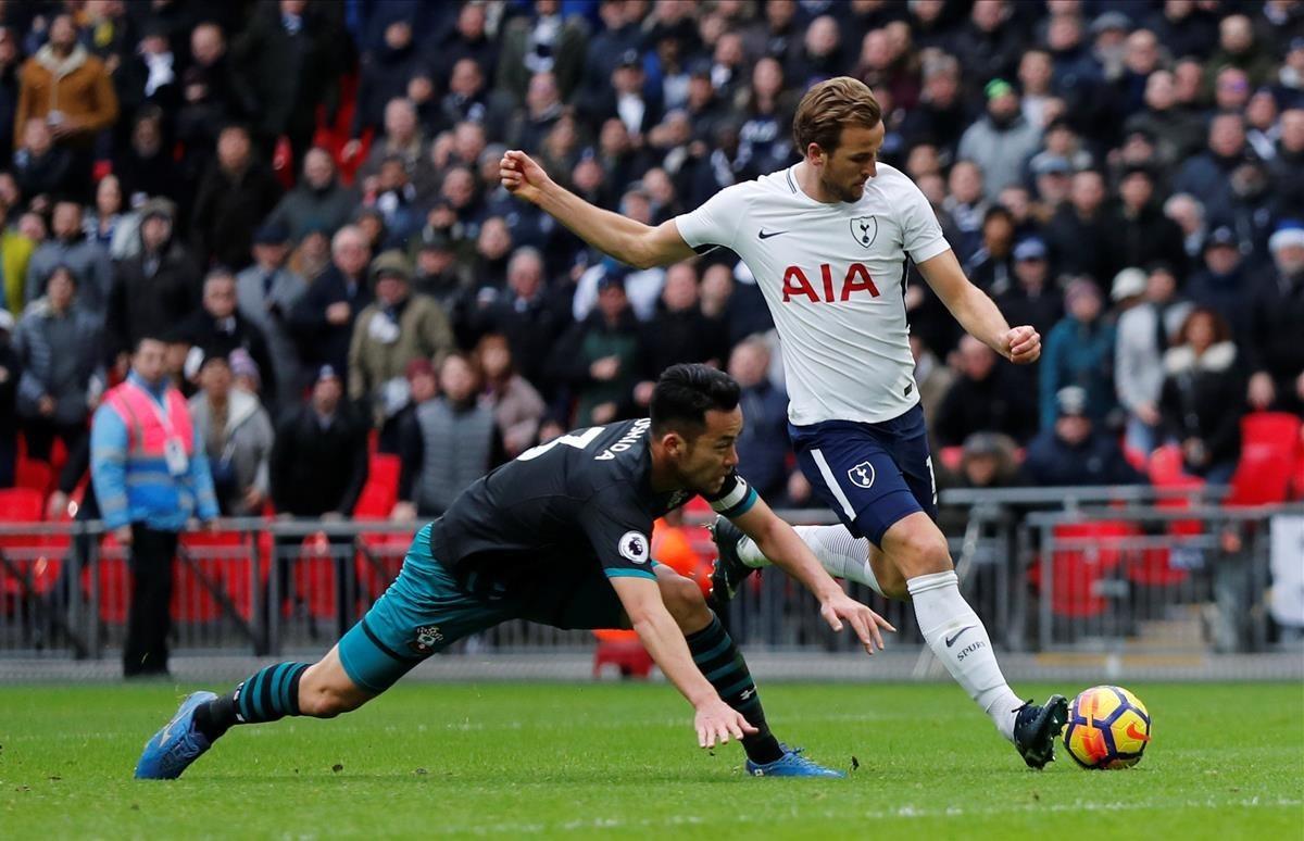 Kane dispara para marcar su tercer gol al Southampton el pasado martes en Wembley.