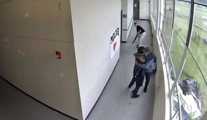 Preciso instante en queKeanon Lowe abraza al escolar luego de quitarle la escopeta.