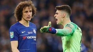 Kepa le dice a David Luiz, el central, que no se quiere ir del césped como le pedía Sarri.