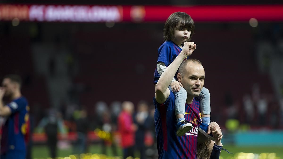 Iniesta dio la vuelta de honor con su hija mayor en hombros.