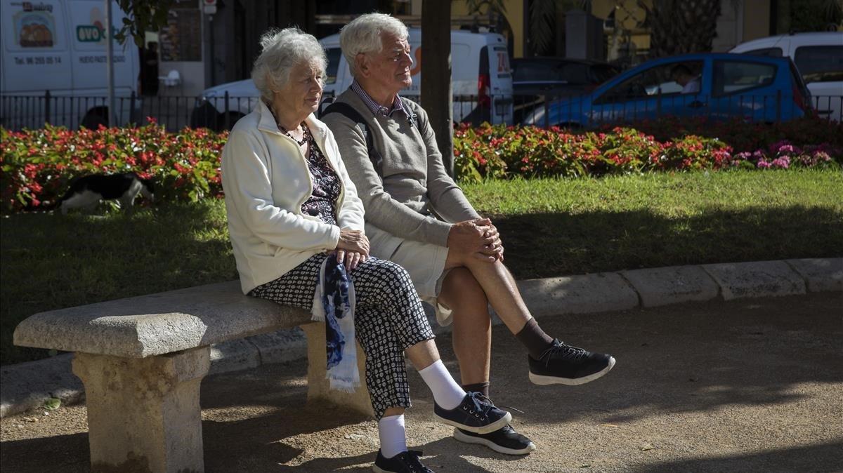 Dos pensionistas sentados en un banco, en Valencia.