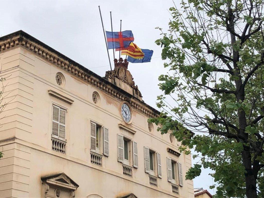 Las banderas del Ayuntamiento de Mataró, a media asta por las víctimas del coronavirus.