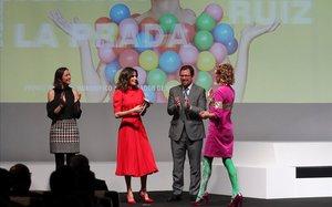 La reina Letizia entrega el premio a la diseñadora y empresaria Ághata Ruiz de la Prada.