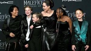 Angelina Jolie y sus hijos en el estreno de 'Maléfica'.