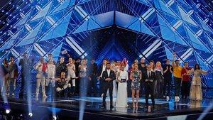 Los anfitriones israelís del Festival de Eurovisión, en primer término y de izquierda a derecha,Assi Azar,Lucy Ayoub, Bar Refaeli y Erez Tal. Tras ellos, los diez países clasificados de este martes por la noche, en el Pabellón 2 de la Expo de Tel-Aviv.