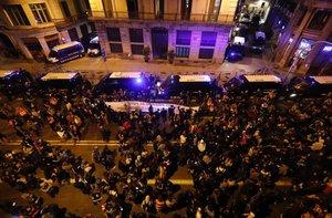 Los estudiantes protestan ante la Jefatura de la Policía Nacionalen la Via Laietana.