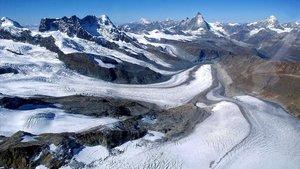 El glaciar Gorner y el Matterhor, en los Alpes suizos.
