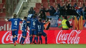Los jugadores del Alavés celebran el tercer gol ante el Gironadurante el partido de Liga en Primera Division disputado esta noche en el estadio de Montilivi.