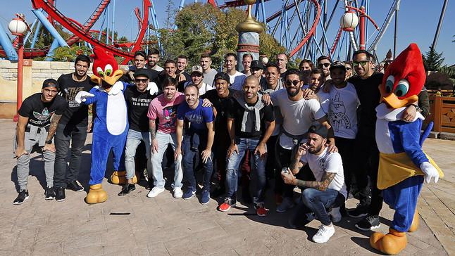 Los jugadores del Barça posan a su llegada a Port Aventura.