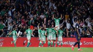 Los jugadores del Betis celebran el gol de Sidnei al Madrid en el Benito Villamarín.