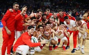 Los jugadores de la selección celebran el triunfo ante Ucrania y la clasificación