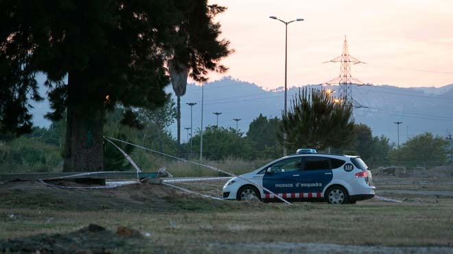 Los Mossos hallan un cadáver en El Prat e investigan si es el de Janet Jumillas. En la imagen, un coche de la policía junto al socavón en el que se encontró el cuerpo.