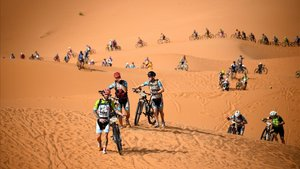 Los participantes de la Titan Desert atraviesan una zona de dunas en la primera etapa.