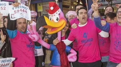 Trabajadores de la administracion de loteriasEl Perolode San Pedro del PinatarMurciaen el primer ano de vida de la Administracion de loterias celebran que han vendidotres grandes premios un cuarto y dos quintos.