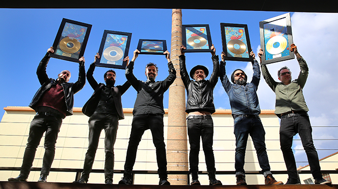 Love of Lesbian recibe un disco oro por Poeta Halley