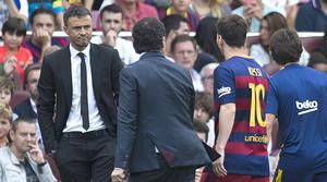 Luis Enrique, con gesto preocupado, observa a Messi mientras el delantero abandona el campo tras lesionarse.